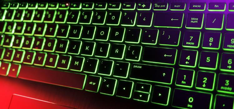 laptop z podświetlaną klawiaturą