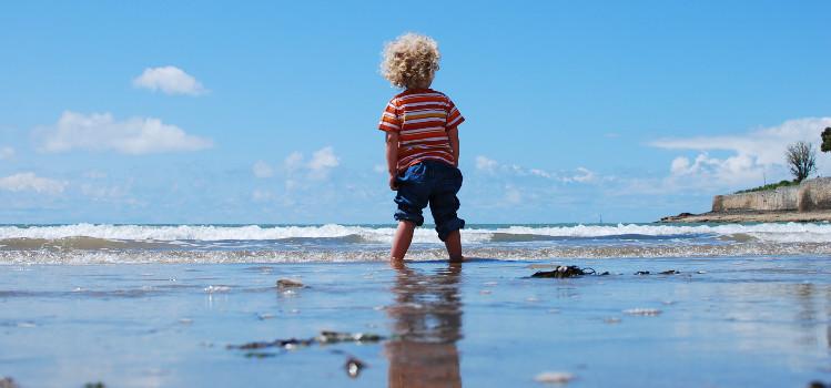 co zabrać na plażę z dzieckiem