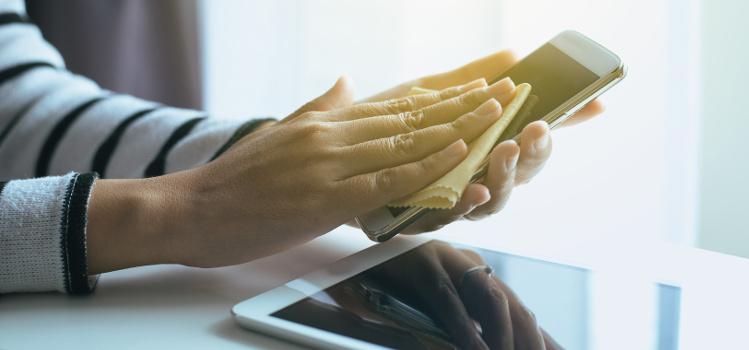 Jak wyczyścić ekran telefonu